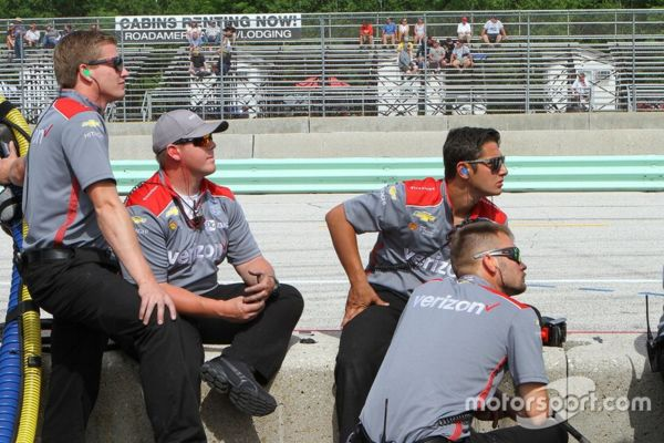 penske-crew-members-watch-the--1.jpg Thumbnail